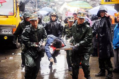 china-chengdu-2008-earthquake-saving-a-victim-rainy-day.jpg