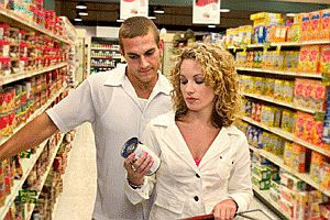 couple-checking-out-food-label-at-supermarket.jpg